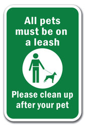 Sign saying all pets must be on a leash and please clean up after your pet
